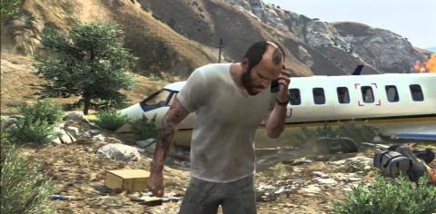 Тревор у разбитого самолета